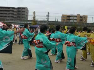 祭りで踊る人々