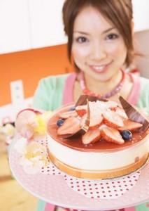 ケーキを差し出す女性
